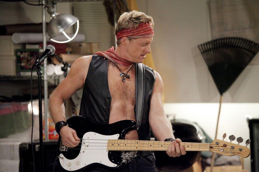 Noah (Alan Tudyk) liebt es in seiner Männerband zu rocken und einfach die Seele baumeln zu lassen. Diese Harmonie wird nun von einer Frau bedroht. D... - Bildquelle: Warner Brothers