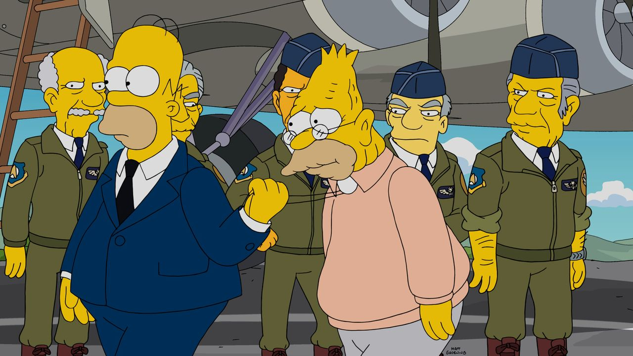 Wo war Grandpa (r.) denn nun? Bei der Navy oder in der Army? Homer (l.) will es herausfinden ... - Bildquelle: 2014 Twentieth Century Fox Film Corporation. All rights reserved.