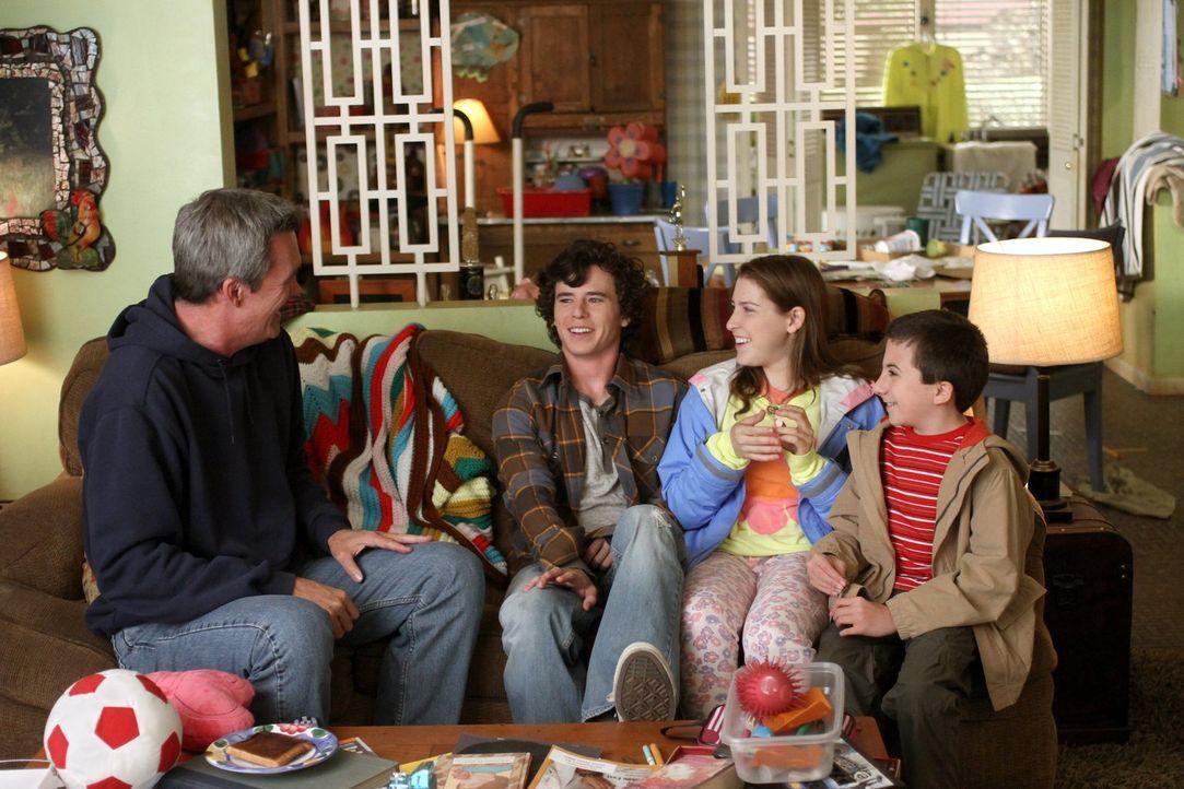 Mike (Neil Flynn, l.), Axl (Charlie McDermott, 2.v.l.), Sue (Eden Sher, 2.v.r.) und Brick (Atticus Shaffer, r.) lieben ihr Haus, auch wenn es einige... - Bildquelle: Warner Brothers