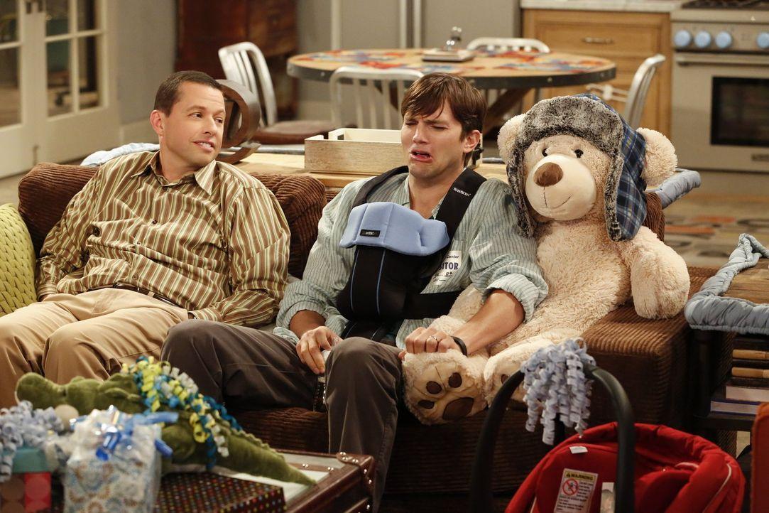 Der Traum vom Vatersein ist vorerst geplatzt. Kathy hat sich dazu entschieden, ihr Kind zu behalten. Für Walden (Ashton Kutcher, r.) und Alan (Jon C... - Bildquelle: Warner Brothers Entertainment Inc.