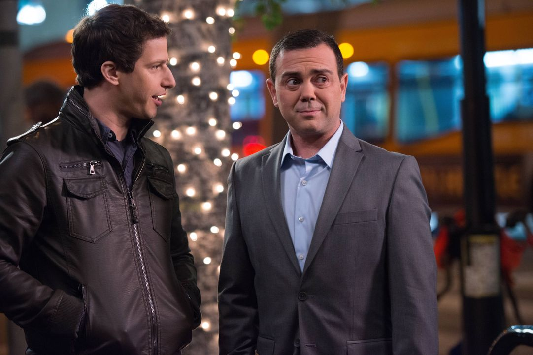 Jake Peralta (Andy Samberg, l.); Charles Boyle (Joe Lo Truglio, r.) - Bildquelle: Eddy Chen 2013 NBC Studios LLC. All Rights Reserved. / Eddy Chen
