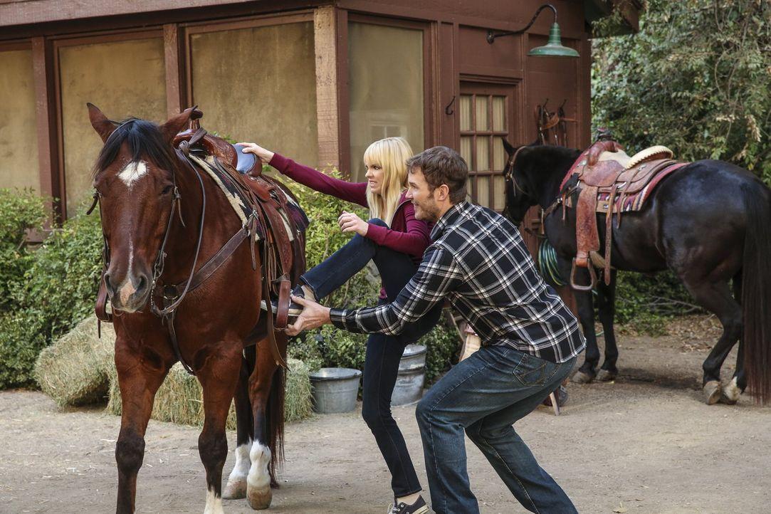 Von Marjories Neffe Nick (Chris Pratt, r.) ist Christy (Anna Faris, l.) ganz schön angetan. Sie probiert, ihn mit allen Mitteln um den Finger zu wic... - Bildquelle: 2016 Warner Bros. Entertainment, Inc.