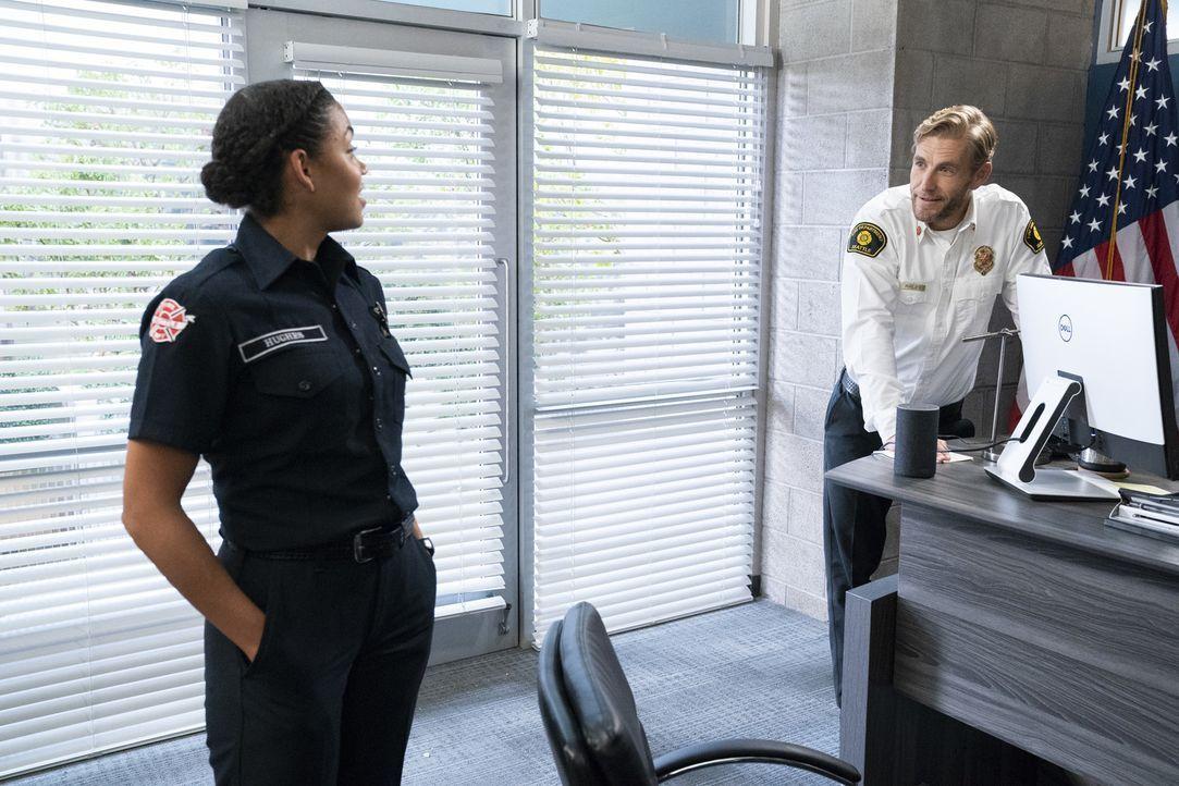 Victoria (Barrett Doss, l.); Feuerwehrhauptmann Lucas Ripley (Brett Tucker , r.) - Bildquelle: Mitch Haaseth 2018 American Broadcasting Companies, Inc. All rights reserved.