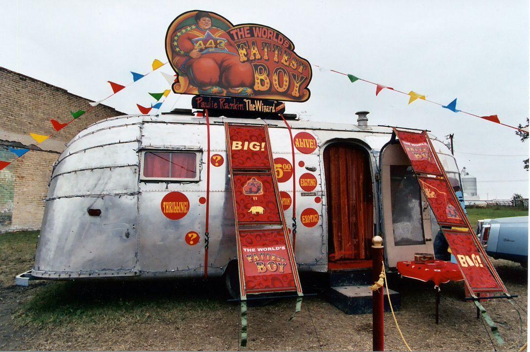 In einem Schaustellerwagen wird Zachery Beaver in den Kleinstädten von Texas als dickster Junge der Welt präsentiert. - Bildquelle: Echo Bridge Entertainment LLC