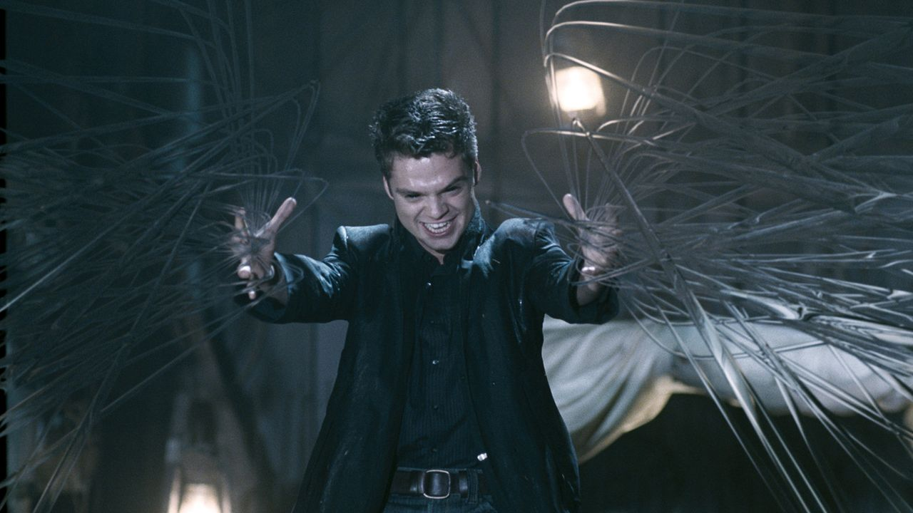 Schon bald findet Caleb heraus, dass es einen fünften Hexen-Nachfahren (Sebastian Stan) gibt. Dieser will mit der Vernichtung ihres magischen Quart... - Bildquelle: Sony Pictures Television International. All Rights Reserved.