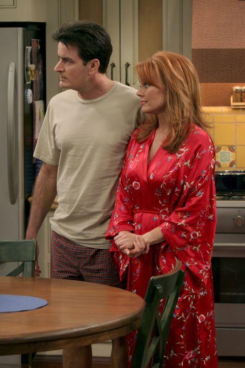 Charlie Harper (Charlie Sheen, l.); Mandi (Gail O'Grady, r.) - Bildquelle: Warner Bros. Entertainment, Inc.