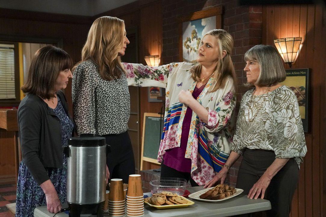 (v.l.n.r.) Wendy (Beth Hall); Bonnie (Allison Janney); Tammy (Kristen Johnston); Marjorie (Mimi Kennedy) - Bildquelle: Warner Bros. Entertainment, Inc.