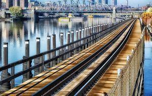 Schienen über Brücke