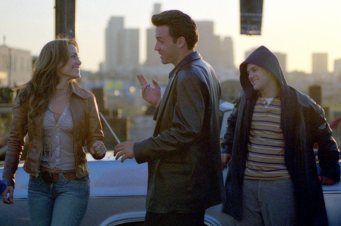 Gigli (Ben Affleck, M.), ein Kleinganove aus Los Angeles, bekommt den Auftrag, den behinderten Bruder (Justin Bartha, r.) eines Staatsanwalts zu ent... - Bildquelle: 2004 Sony Pictures Television International. All Rights Reserved.
