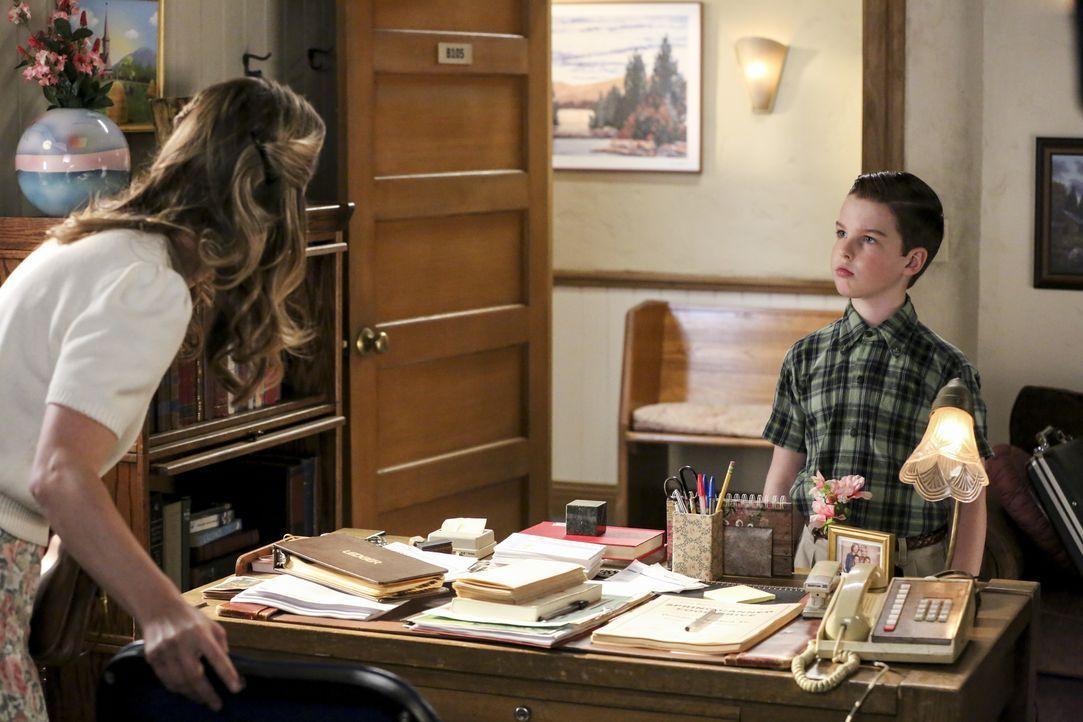 Mary Cooper (Zoe Perry, l.); Sheldon Cooper (Iain Armitage, r.) - Bildquelle: Michael Yarish 2019 CBS Broadcasting / Michael Yarish