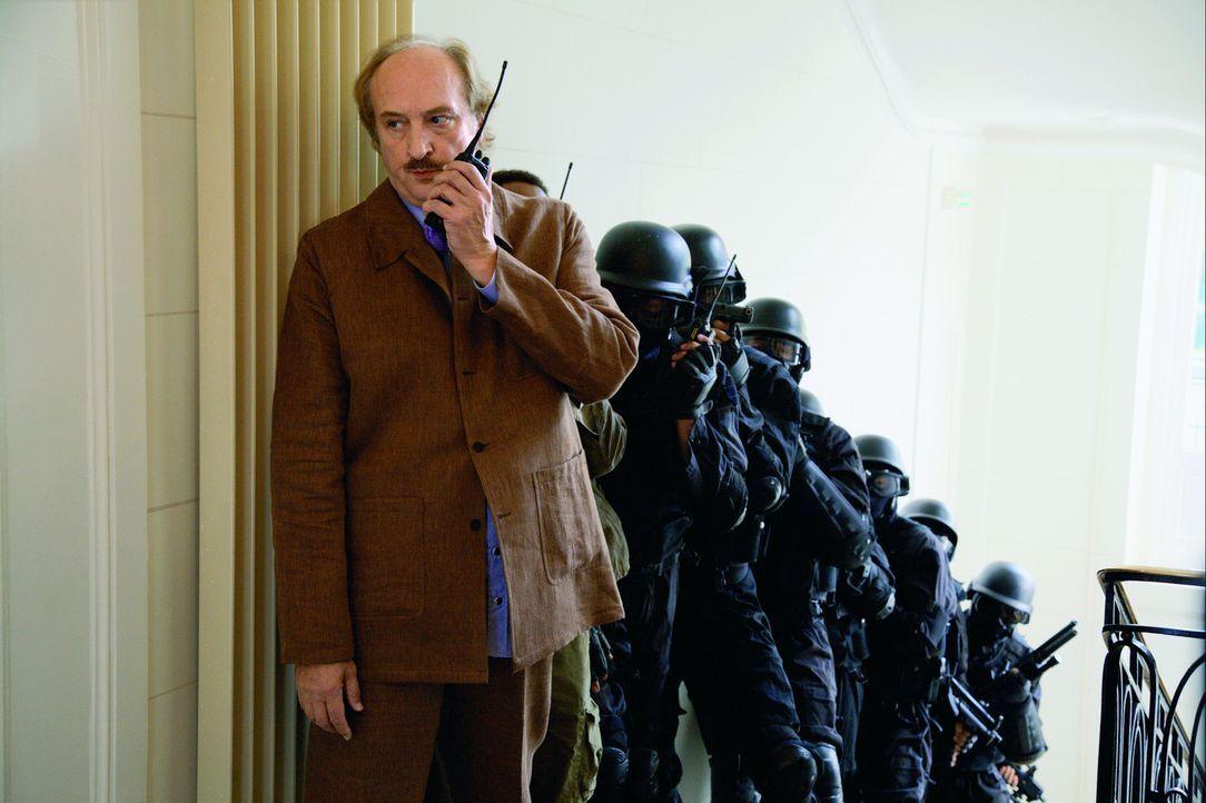 Unglücklicherweise übersieht Commissaire Gibert (Bernard Farcy, l.) bei der Erstürmung der Verbrecher-Hochburg, dass da ein Sack Kokain in der Ec... - Bildquelle: Europa Corp