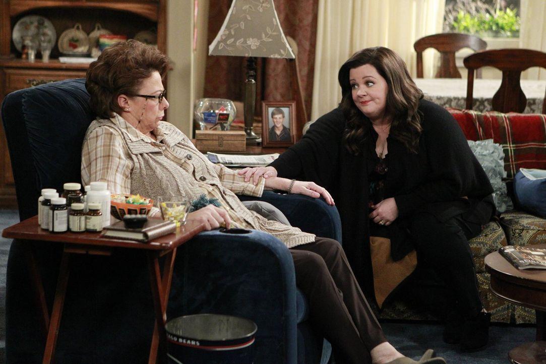 Bei der Dachboden-Durchstöberung erfährt Molly (Melissa McCarthy, r.) schreckliches über Peggys (Rondi Reed, l.) Kindheit ... - Bildquelle: Warner Brothers