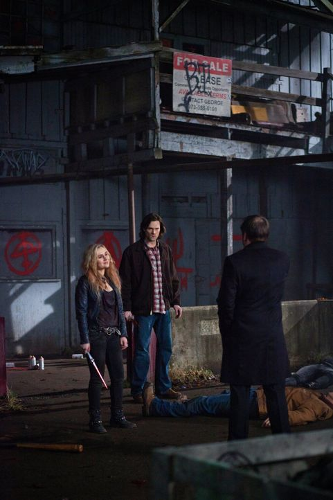 Welche Verluste müssen Sam (Jared Padaelcki, M.) und Meg (Rachel Miner, l.)auf sich nehmen, um Crowley (Mark Sheppard, r.) von der Tafel des Himmels... - Bildquelle: Warner Bros. Television