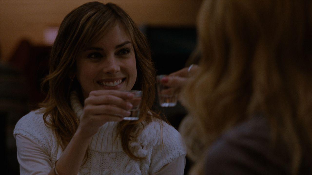 Elizabeth (Jessica Stroup, l.) scheint sich hervorragend mit Shelby Mercer (Mischa Barton, r.), der Ex-Freundin ihres Freundes Mike zu verstehen ... - Bildquelle: 2008 Homecoming The Movie LLC. All rights reserved