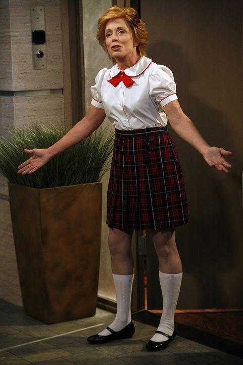 Alan will seine Mutter Evelyn (Holland Taylor) um Hilfe bitten, als sie ihm die Tür in einer Schulmädchenuniform bekleidet öffnet, ist er entsetz... - Bildquelle: Warner Brothers Entertainment Inc.