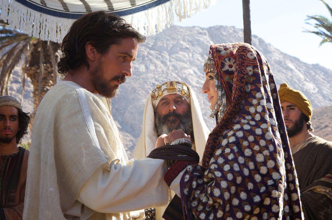 Wider Erwarten überlebt Moses (Christian Bale, l.) die Flucht in die Wüste, er findet in einer Oase sogar eine neue Heimat. Als er dort Zipporah (Ma... - Bildquelle: 2014 Twentieth Century Fox Film Corporation. All rights reserved.