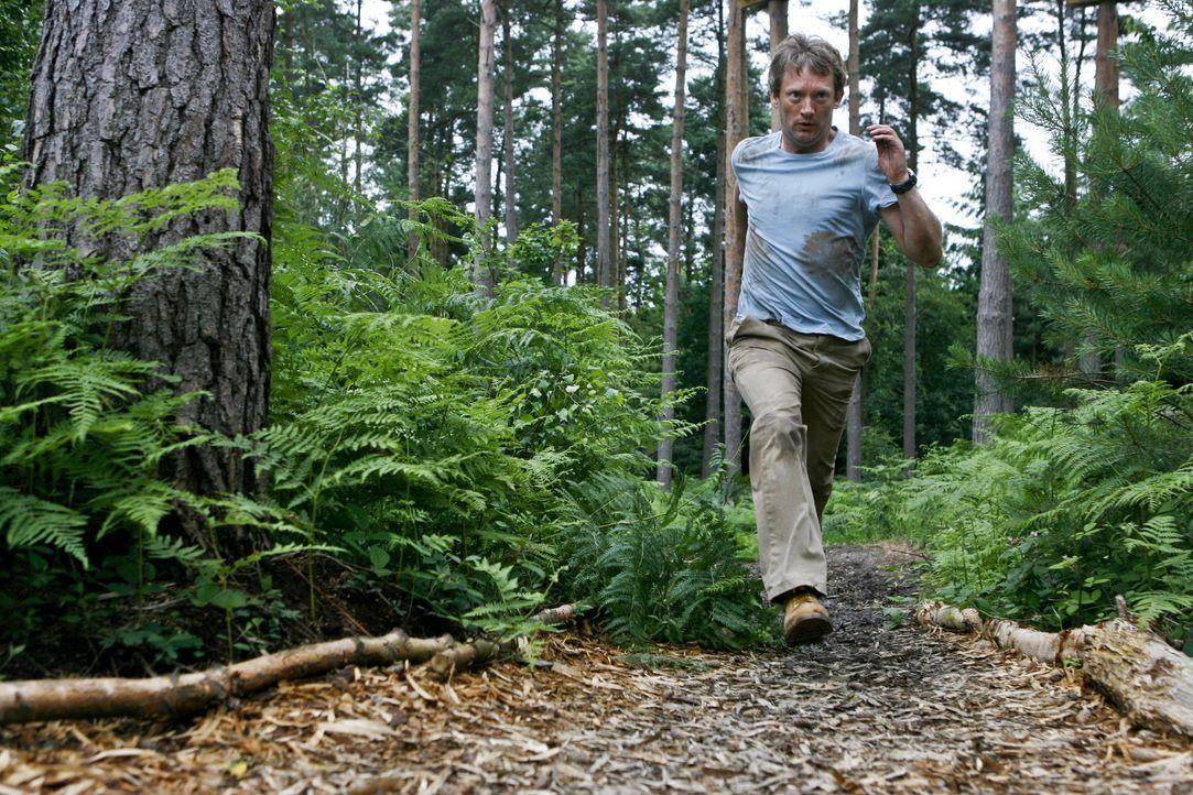 Die einzige Chance um zu überleben, ist die Flucht vor dem Säbelzahntiger: Cutter (Douglas Henshall) ... - Bildquelle: ITV Plc