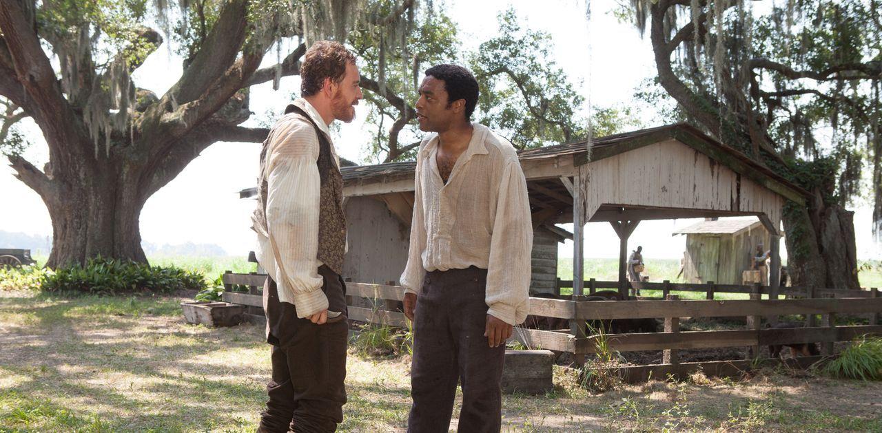 Der in die Sklaverei verschleppte Afroamerikaner Solomon (Chiwetel Ejiofor, r.) muss sich den Brutalitäten des sadistischen Sklaventreibers Edwin Ep... - Bildquelle: TOBIS FILM