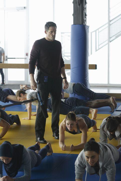 Gibt seinen Rekruten neue Aufgaben: Liam O'Connor (Josh Hopkins, M.) ... - Bildquelle: Philippe Bosse 2015 ABC Studios
