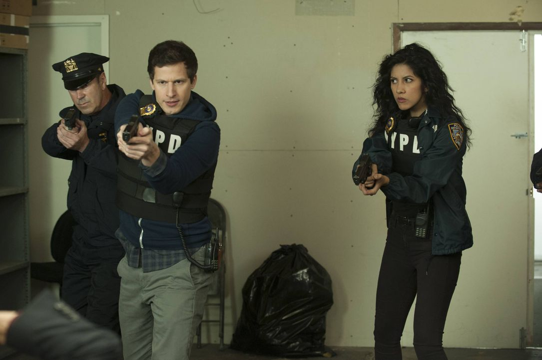 Jake Peralta (Andy Samberg, l.); Rosa Diaz (Stephanie Beatriz, r.) - Bildquelle: Colleen Hayes 2013 NBC Studios LLC. All Rights Reserved. / Colleen Hayes