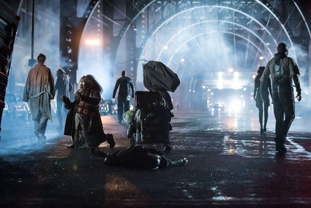 Tödliche Gefahr? Stranges Experimente werden aus dem Bus befreit und irren nun in Gotham frei umher ... - Bildquelle: Warner Brothers