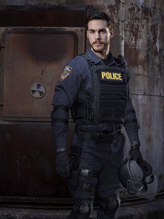 (1. Staffel) - Als ihn sein Vorgesetzter und Freund Major Carnahan mit in das Sperrgebiet nimmt, macht Jake Riley (Chris Wood) seinem Ruf als Bad Co... - Bildquelle: 2015 Warner Brothers