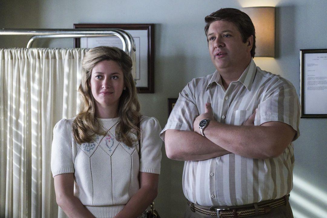 Auch wenn sie vieles von dem, was Sheldon plagt, nicht verstehen, setzen sich Mary (Zoe Perry, l.) und auch George (Lance Barber, r.) für ihr kleine... - Bildquelle: Warner Bros.