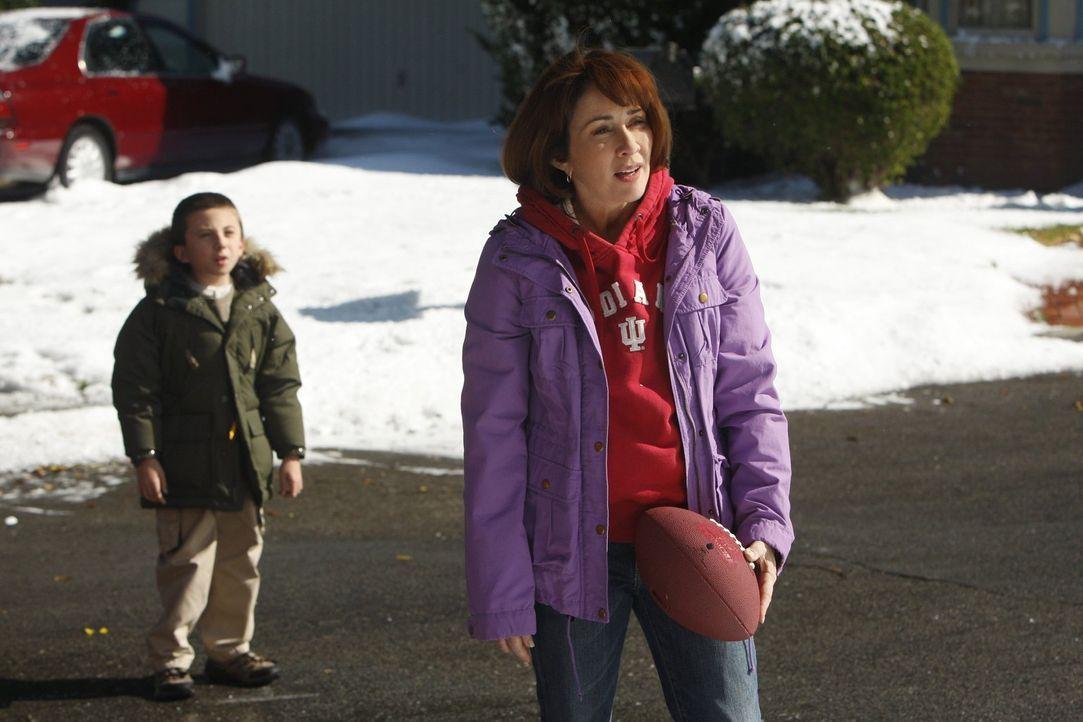 Als Frankie (Patricia Heaton, r.) mitbekommt, wie umsichtig die Mitglieder einer befreundeten Familie miteinander umgehen, will sie Brick (Atticus S... - Bildquelle: Warner Brothers