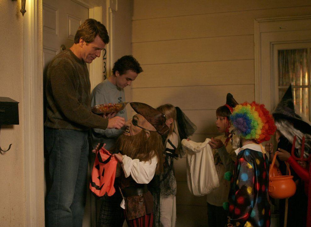 Während Reese und Dewey unterwegs sind, erleben auch Malcolm (Frankie Muniz, 2.v.l.) und Hal (Bryan Cranston, l.) zuhause ein sinngemäßes Halloween... - Bildquelle: TM +   2000 Twentieth Century Fox Film Corporation. All Rights Reserved.