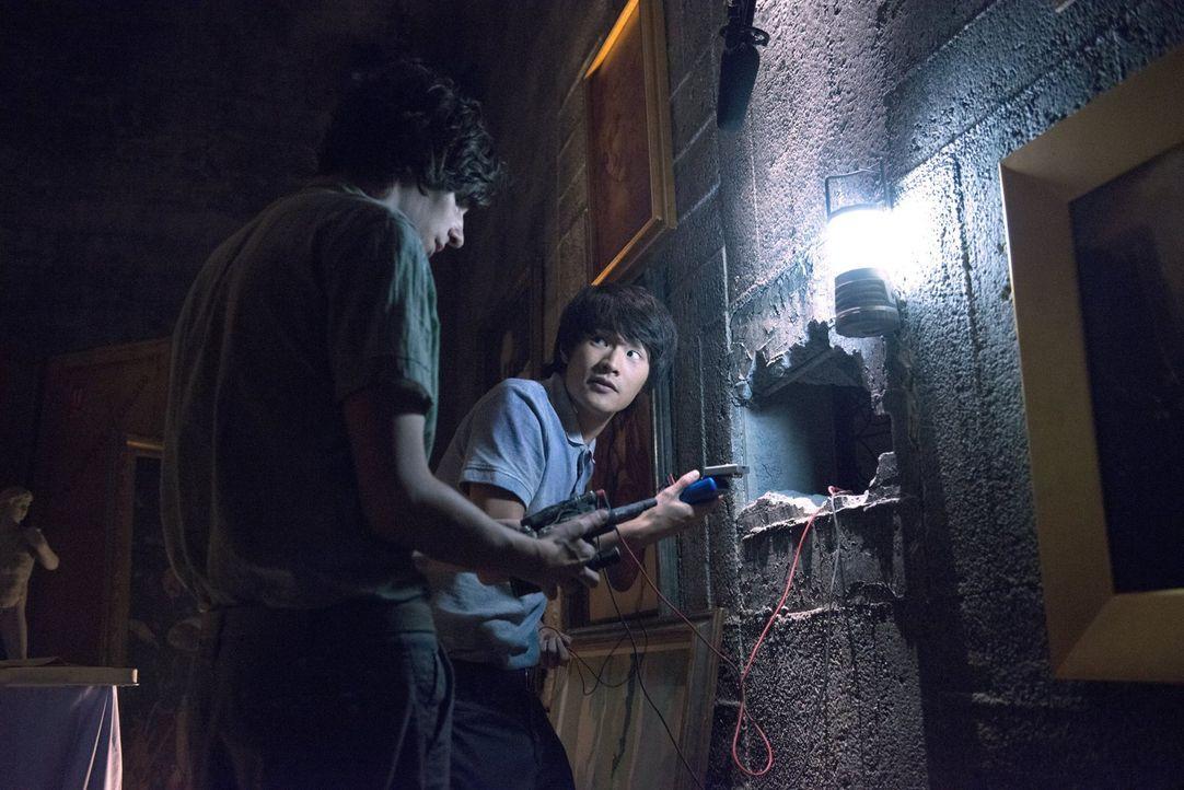 Noch ahnt Jasper (Devon Bostick, l.) nicht, dass Monty (Christopher Larkin, r.) bald in Lebensgefahr schweben wird ... - Bildquelle: 2014 Warner Brothers