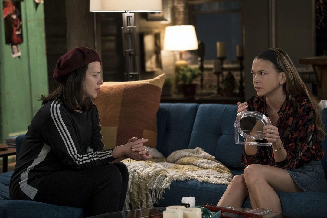 Liza (Sutton Foster, r.) sucht Rat bei ihrer besten Freundin Maggie (Debi Mazar, l.), nachdem ein Porträt über Josh in der New York Times für Bezieh... - Bildquelle: Hudson Street Productions Inc 2016