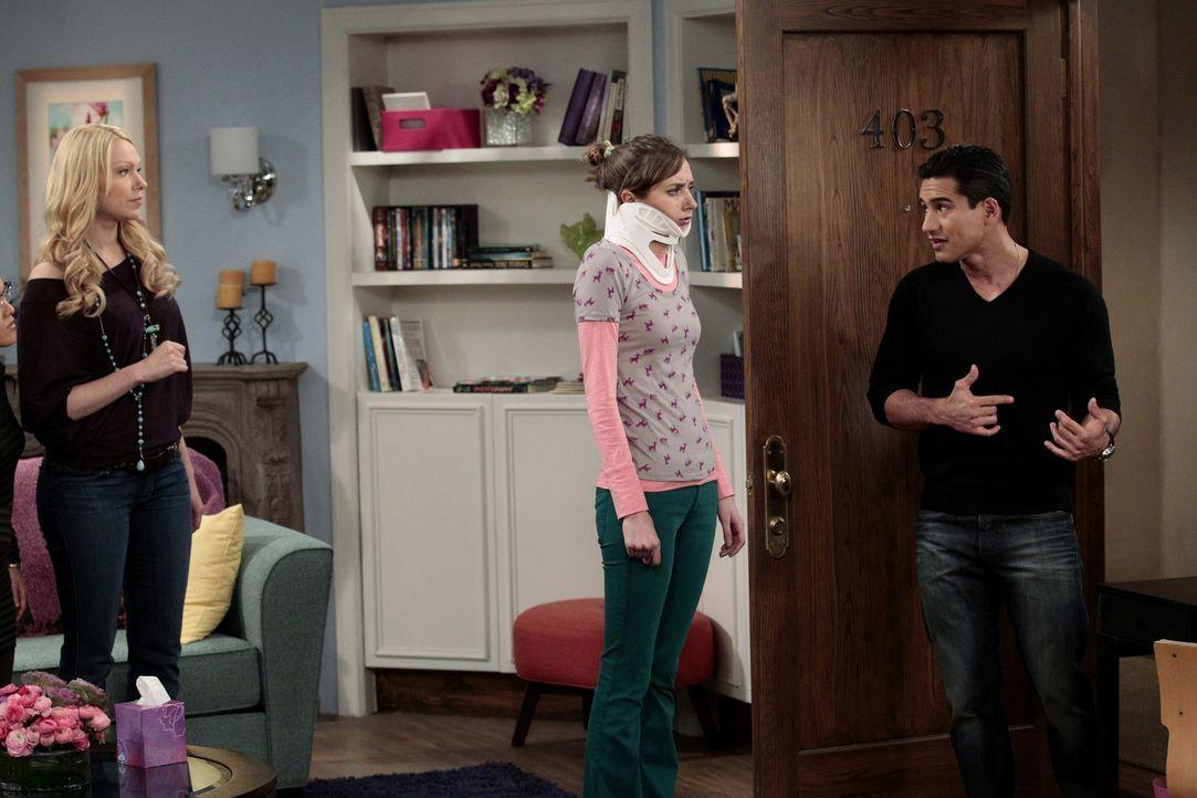 Chelsea (Laura Prepon, l.) hat das Vertrauen von Dee Dee (Lauren Lapkus, M.) verloren, als sie allen erzählte, dass diese ein Kissen hat, welches s... - Bildquelle: Warner Bros. Television