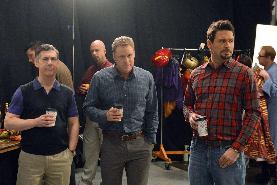"""Sind gespannt, wie der """"Väter von Chatswin""""-Kalender geworden ist: George (Jeremy Sisto, r.), Noah (Alan Tudyk, M.) und Fred (Chris Parnell, l.) ... - Bildquelle: Warner Brothers"""