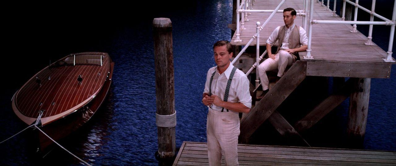 Aktienhändler und Schriftsteller Nick (Tobey Maguire, r.) wird in das dekadente Leben des skurrilen Junggesellen Jay Gatsby (Leonardo DiCaprio, l.)... - Bildquelle: 2012 Warner Brothers