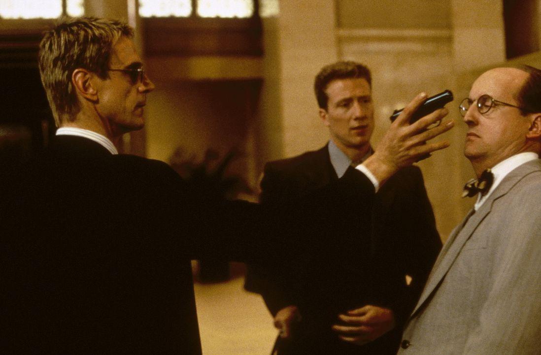 Doch die Rache an McClane ist für Simon (Jeremy Irons, l.) nur ein kleiner Bonus. Tatsächlich hat er vor, die Goldreserven der US-Notenbank leer z... - Bildquelle: 20th Century Fox