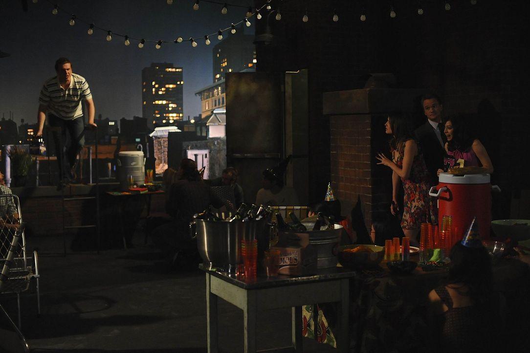 Marshall (Jason Segel, l.), Barney (Neil Patrick Harris, 2.v.r.), Lily (Alyson Hannigan, r.) und Robin (Cobie Smulders, 3.v.r.) planen eine Überras... - Bildquelle: 20th Century Fox International Television
