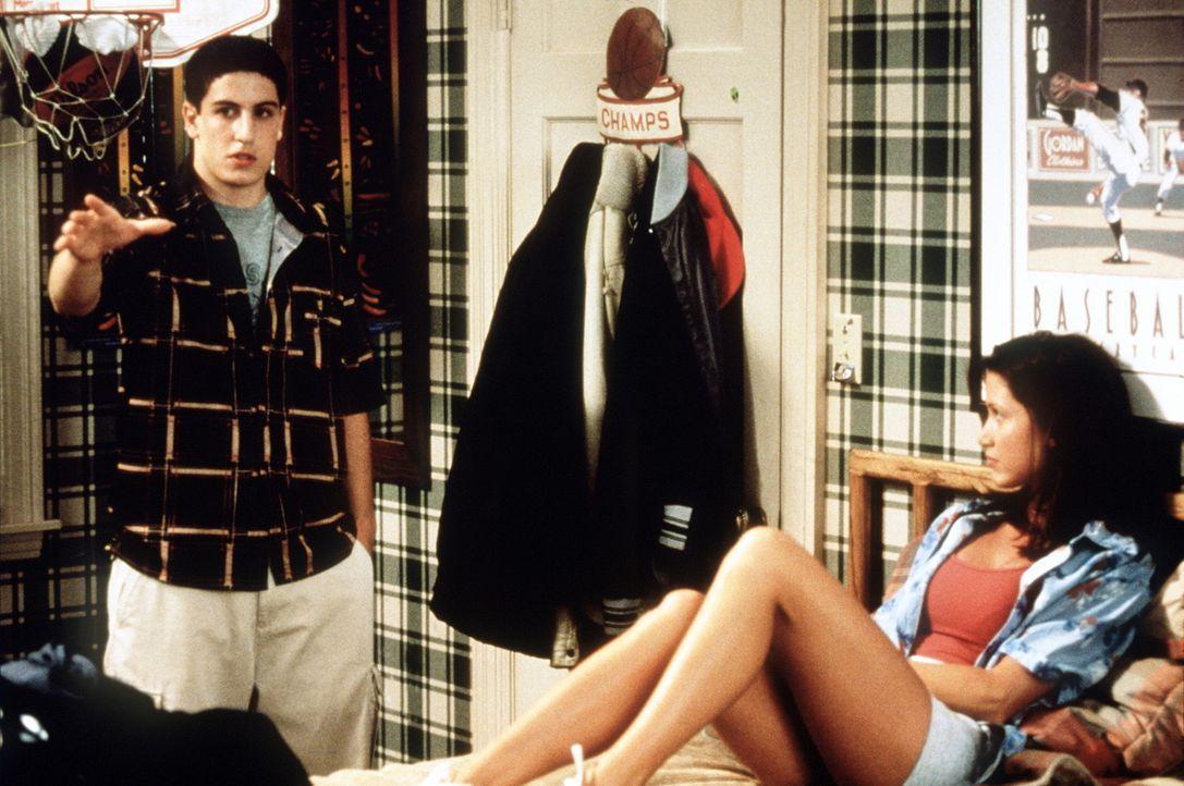 Endlich liegt Nadja (Shannon Elizabeth, r.) in Jims (Jason Biggs, l.) Bett. Doch nun fühlt sich Jim total überfordert ... - Bildquelle: Constantin Film