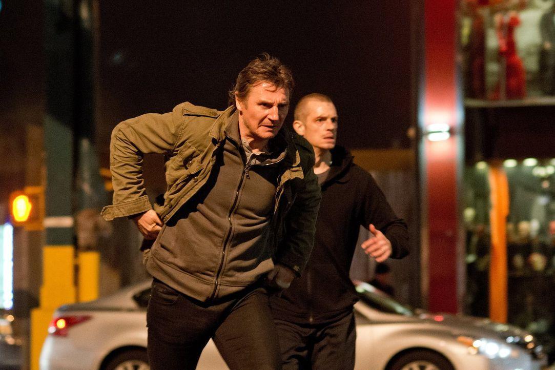 Als Mike (Joel Kinnaman, r.) einen Mord beobachtet, gerät er ins Visier der Drogenmafia, die ihn als unliebsamen Zeugen sofort loswerden will. Glück... - Bildquelle: 2013 Warner Bros.