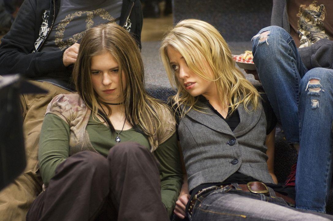 Schon seit langem werden die beiden Freundinnen Dominique (Alexz Johnson, r.) und Ursula (Magda Apanowicz, l.) in der Schule gemobbt. Da finden sie... - Bildquelle: Ed Araquel 2007 Diary Productions Inc.