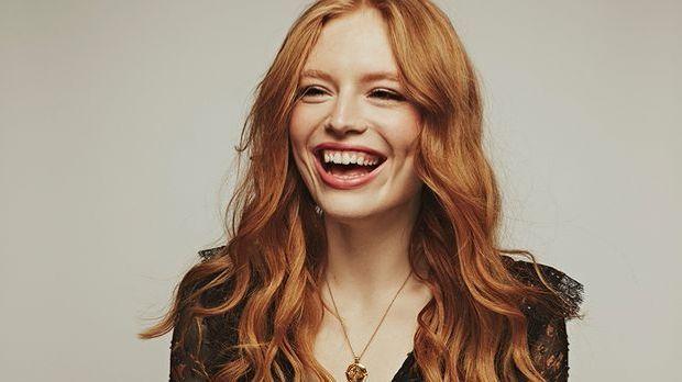 Freya Ridings lacht aus vollem Herzen