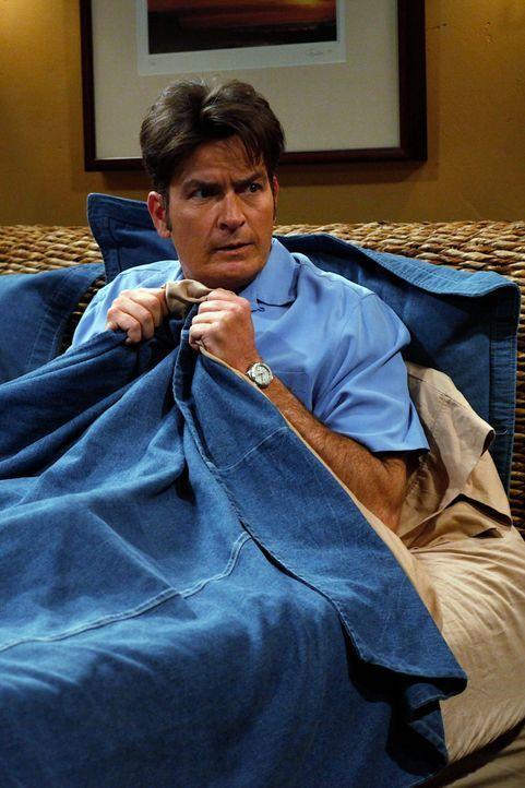 Leidet unter Schlaflosigkeit: Charlie (Charlie Sheen) ... - Bildquelle: Warner Brothers