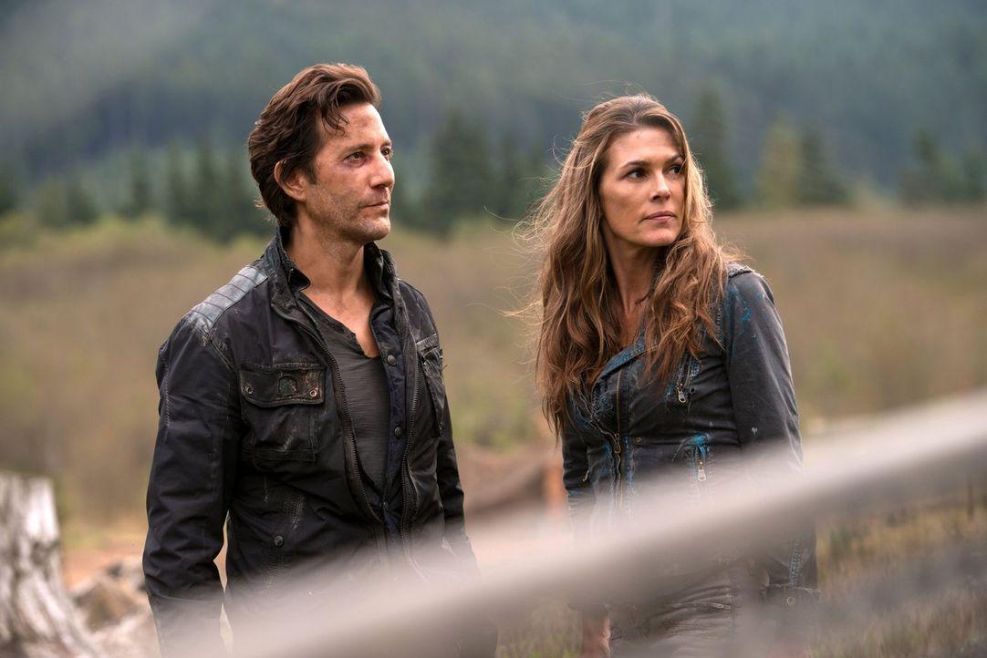 Kane (Henry Ian Cusick, l.) und Abi (Paige Turco, r.) suchen nach einer Lösung, die ohne Finns Auslieferung funktioniert, doch Lincoln macht ihnen k... - Bildquelle: 2014 Warner Brothers