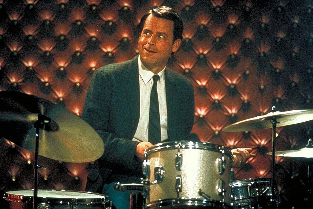 Wie lange wird er seine Sexsucht noch verstecken können? Bob Crane (Greg Kinnear) ... - Bildquelle: 2003 Sony Pictures Television International