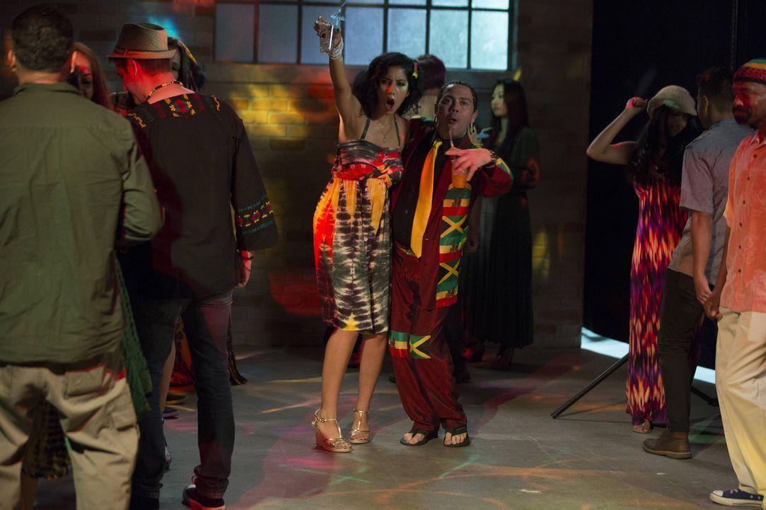 Rosa Diaz (Stephanie Beatriz, l.); Charles Boyle (Joe Lo Truglio, r.) - Bildquelle: John Fleenor 2014 UNIVERSAL TELEVISION LLC. All rights reserved / John Fleenor