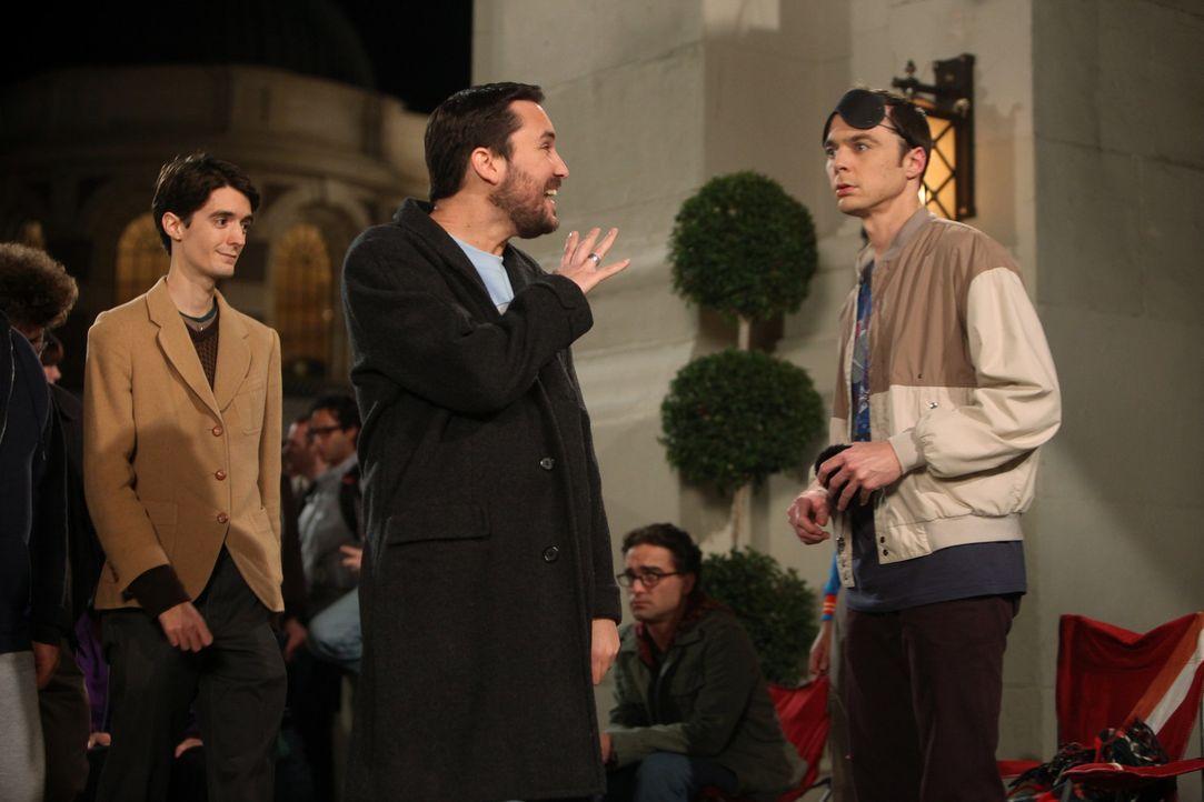 Sheldon (Jim Parsons, r.) und seine Freunde warten in der Schlange für eine lang ersehnte Ausstrahlung eines Filmes und treffen dabei auf Wil Wheato... - Bildquelle: Warner Bros. Television