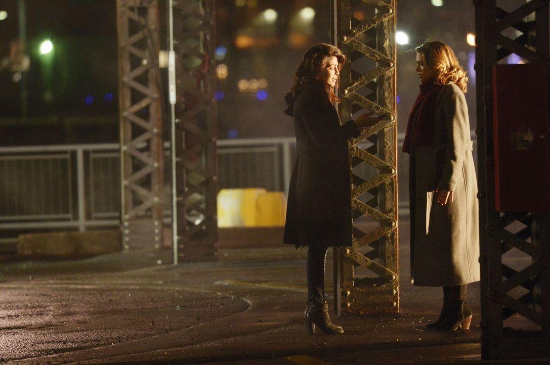 Finden sich in einer gefährlichen Situation wieder: Alex (Priyanka Chopra, l.) und Natalie (Anabelle Acosta, r.) ... - Bildquelle: Philippe Bosse 2015 ABC Studios