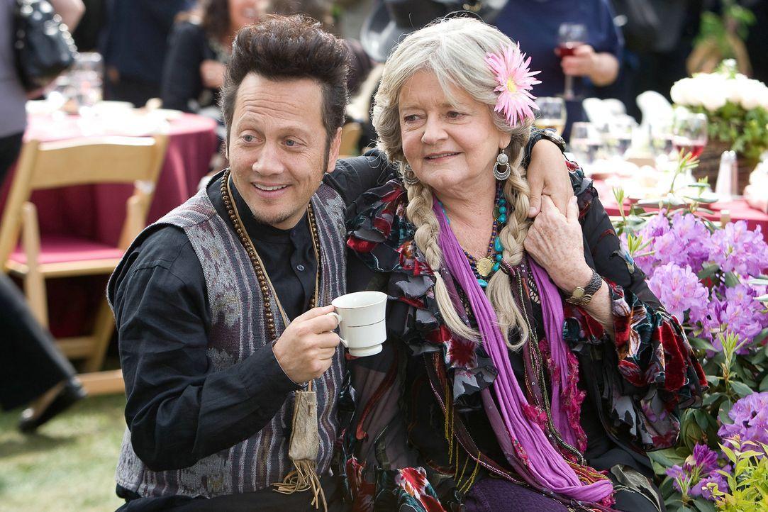 Rob (Rob Schneider, l.) lebt sein Faible für ältere Frauen total aus. In dritter Ehe ist er mit der sehr viel älteren Gloria (Joyce Van Patten, r... - Bildquelle: 2010 Columbia Pictures Industries, Inc. and Beverly Blvd LLC. All Rights Reserved.