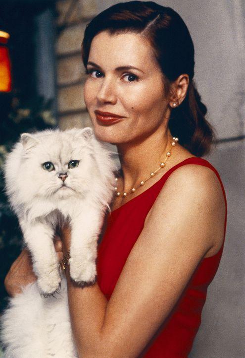 Mrs. Little (Geena Davis) ahnt nicht, dass ihre Katze Böses im Schilde führt ... - Bildquelle: Columbia TriStar Film