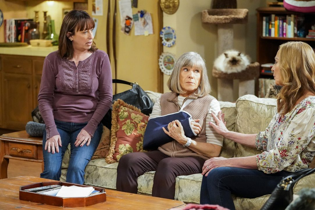 (v.l.n.r.) Wendy (Beth Hall); Marjorie (Mimi Kennedy); Bonnie (Allison Janney) - Bildquelle: Warner Bros. Entertainment, Inc.