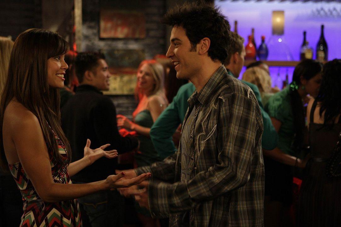 Obwohl Ted (Josh Radnor, r.) anfangs lieber zu Hause geblieben wäre, erlebt er noch einen erfolgreichen Abend mit Ashlee (Vanessa Minnillo, l.) ... - Bildquelle: 20th Century Fox International Television
